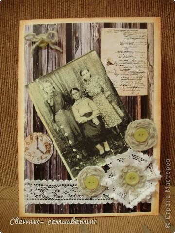 Сделала вот такую открытку тете на 75-летие. На фотографии слева направо моя тетя, бабуленька и мама. Бревенчатый фон. Старые часы, напоминающие о прожитых годах. Рукопись А.С.Пушкина, т.к. тетя всегда очень любила читать. Работала учителем.  Декорировала старыми пуговицами, кружевом (старого, к сожалению у меня нет) и грубыми , спряденными вручную шерстяными нитями. фото 3