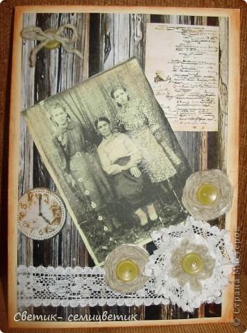 Сделала вот такую открытку тете на 75-летие. На фотографии слева направо моя тетя, бабуленька и мама. Бревенчатый фон. Старые часы, напоминающие о прожитых годах. Рукопись А.С.Пушкина, т.к. тетя всегда очень любила читать. Работала учителем.  Декорировала старыми пуговицами, кружевом (старого, к сожалению у меня нет) и грубыми , спряденными вручную шерстяными нитями. фото 1
