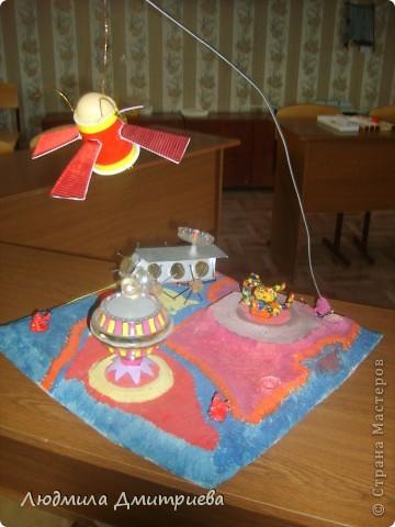 Вот такую планету выполнил воспитанник на выставку. Использовали самые разные материалы: пластмассовые баночки, крыжечки, пробки фантазируя над летательными аппаратами. Инопланетяшки слеплены из глины. Модель электрифицирована (простейшая электрическая цепь) - место вокруг инопланетяшки.