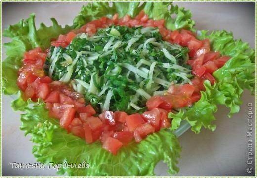"""Лето... жара.... Так хочется чего то легкого, свежего. Салат называется """"Все с грядки"""" Только схитрила, для контраста порезала меленько помидор, конечно, покупной.  фото 1"""