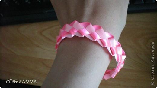 Плетем браслетик из ленточек 0.5 см. розовый и св.розовый фото 1
