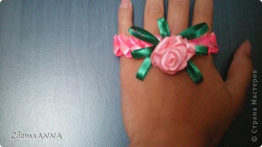 Плетем браслетик из ленточек 0.5 см. розовый и св.розовый фото 3