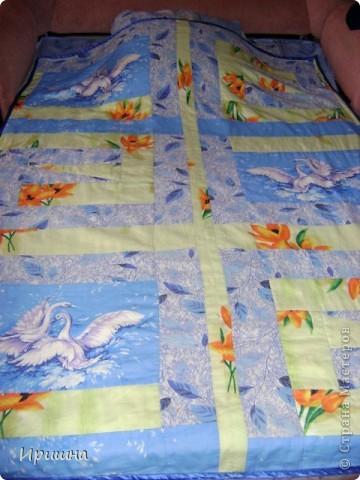 Сшила вот такое летнее одеяло для сына из  пододеяльника от комплекта и добавила лоскутки с оранжевыми цветами и с лебедями.Обратная сторона одеяла - только пододеяльник, а внутрь вставила старенькое гобеленовое покрывало.