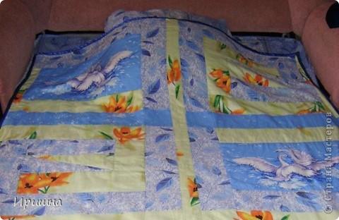 Сшила вот такое летнее одеяло для сына из  пододеяльника от комплекта и добавила лоскутки с оранжевыми цветами и с лебедями.Обратная сторона одеяла - только пододеяльник, а внутрь вставила старенькое гобеленовое покрывало. фото 2