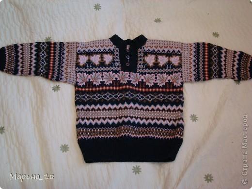 Несколько лет назад связала сыну свитер (сыну было 8 лет). Носил его года 2-3. Сейчас лежит в шкафу, как памятник моему терпению. Жаккардовые узоры очень люблю. Из этой же пряжи вязала себе жаккардовый свитер, потом распустила, тоже сыну связала на 2 года, но большой (носил до 5 лет). Потом и тот распустила, связала этот. Все узоры придумывала и составляла сама. Узор одинаков и спереди, и сзади, и на рукавах.  Все работы забирали массу времени (до 4 месяцев), но удовольствие доставляли очень много. фото 6