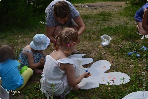 29 июня доченьке исполнилось 2 годика. Второй год подряд празднуем его на природе. Мне очень нравится. Подготовка стола минимальная,максимальная свобода детей и взрослых. В этом году взяла идею Школы фей и волшебников отсюда http://dnevnik-mamochki.info/blog/idei_dlja_dnja_rozhdenija/2011-03-30-15 фото 4