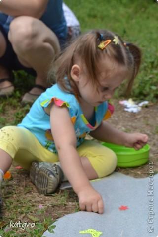 29 июня доченьке исполнилось 2 годика. Второй год подряд празднуем его на природе. Мне очень нравится. Подготовка стола минимальная,максимальная свобода детей и взрослых. В этом году взяла идею Школы фей и волшебников отсюда http://dnevnik-mamochki.info/blog/idei_dlja_dnja_rozhdenija/2011-03-30-15 фото 5