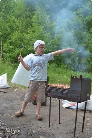 29 июня доченьке исполнилось 2 годика. Второй год подряд празднуем его на природе. Мне очень нравится. Подготовка стола минимальная,максимальная свобода детей и взрослых. В этом году взяла идею Школы фей и волшебников отсюда http://dnevnik-mamochki.info/blog/idei_dlja_dnja_rozhdenija/2011-03-30-15 фото 9