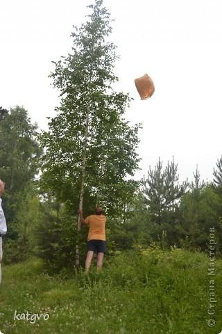 29 июня доченьке исполнилось 2 годика. Второй год подряд празднуем его на природе. Мне очень нравится. Подготовка стола минимальная,максимальная свобода детей и взрослых. В этом году взяла идею Школы фей и волшебников отсюда http://dnevnik-mamochki.info/blog/idei_dlja_dnja_rozhdenija/2011-03-30-15 фото 11