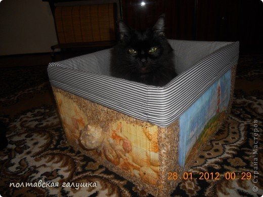 Вот такая получилась коробка.Сначала обклеила  ящик старыми бамбуковыми салфетками, а потом уже делала декор. фото 4