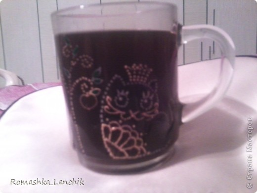 Жила-была стеклянная кружка. Мы пили из неё чай и кофе, и иногда лимонад и сок.  Но вот заскучала наша кружка и решили мы её реанимировать используя контуры, витражные краски и фантазию.  фото 1