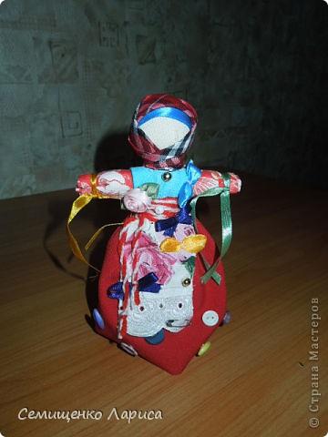 """Представляю вам свою коллекцию обрядовых,обереговых и игровых кукол.  Кукла """"Красота"""" - это обрядовая кукла,её шили специально для свадьбы,ставили на большой поднос и обносили гостей,собирая дары. Использовали ткани ,нитки ,ленты исключительно красного цвета. фото 19"""
