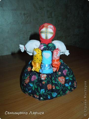 """Представляю вам свою коллекцию обрядовых,обереговых и игровых кукол.  Кукла """"Красота"""" - это обрядовая кукла,её шили специально для свадьбы,ставили на большой поднос и обносили гостей,собирая дары. Использовали ткани ,нитки ,ленты исключительно красного цвета. фото 22"""