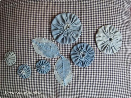 простая,клетчатая,скучная.вспомнила я что в коробке от джинсов куски лежат,(выкидывать ничего нельзя)на просторах инета встретила такие цветочки.И вот красиво,нарядно. фото 1