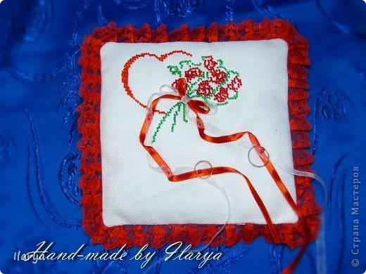 Год назад подруга подбила меня заняться свадебными аксессуарами. Направление нынче модное ,спросом пользующееся, ведь каждая невеста хочет, чтобы её свадьба, вплоть до деталей, была необычной... Я без особого энтузиазма согласилась, ведь шить не особо умею... но увлекло занятие. Самая первая подушечка, вышивка бисером фото 1
