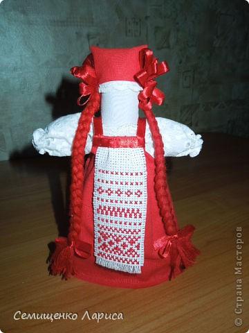 """Представляю вам свою коллекцию обрядовых,обереговых и игровых кукол.  Кукла """"Красота"""" - это обрядовая кукла,её шили специально для свадьбы,ставили на большой поднос и обносили гостей,собирая дары. Использовали ткани ,нитки ,ленты исключительно красного цвета. фото 1"""