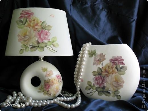 Вот такая пара у меня получилась. Абажур - ткань, ваза - керамика. Т.к. абажур из ткани, не стала дорисовывать тени, потому что побоялась, что на ткани это будет выглядеть грязно. Все покрыла матовым лаком (кроме ткани).  фото 1