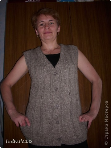 Здравствуйте!!! В перерыве между плетением связала жилетку из домашней шерсти по просьбе подруги для её мамы фото 3