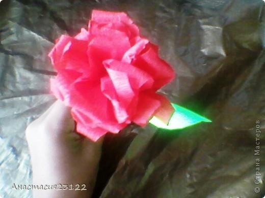 Лепестки розы я сделала из гофрированной бумаги, а стебель и листочек из обычной цветной. фото 2