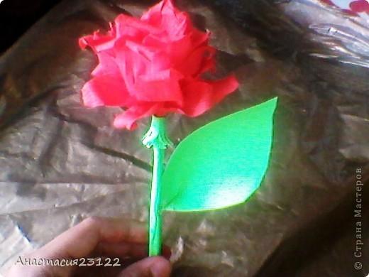 Лепестки розы я сделала из гофрированной бумаги, а стебель и листочек из обычной цветной. фото 3
