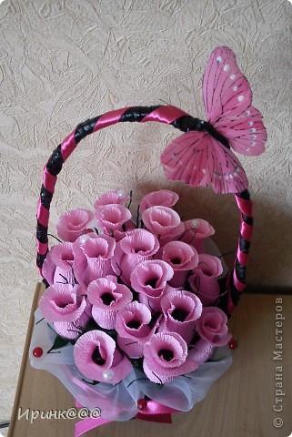 Вот такой сюрприз я приготовила для дочиной коллеги,За выходные(а у меня еще и рабочие)дни Сплела корзинку и накрутила цветочков,а сегодня собрала и украсила фото 2