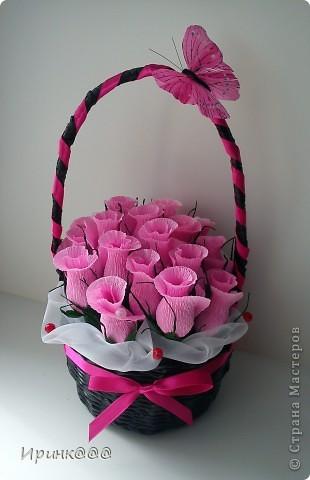Вот такой сюрприз я приготовила для дочиной коллеги,За выходные(а у меня еще и рабочие)дни Сплела корзинку и накрутила цветочков,а сегодня собрала и украсила фото 1