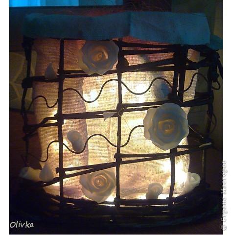 Светильник из газетных трубочек, цветы - ХФ, ткань - сама не знаю, тонкие элементы - проволока 2мм обмотана гофробумагой.  Вполне можно ипользовать как бра или подвесные на веранде или балконе. Будут очень смотреться:) фото 2