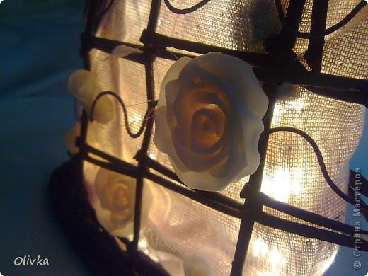 Светильник из газетных трубочек, цветы - ХФ, ткань - сама не знаю, тонкие элементы - проволока 2мм обмотана гофробумагой.  Вполне можно ипользовать как бра или подвесные на веранде или балконе. Будут очень смотреться:) фото 1