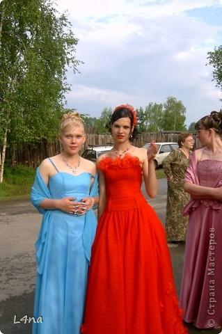 Этот образ мы создавали  на выпускной  старшей дочери в 2005 году. Материал для платья: гипюр, органза и сетка.  Дополнительный материалы:  сатин - для подклада, ригилин  - для усиления корсета, леска - использовалась для изготовления цветов, петли металлические ( из комплектов с крючками для потайных застежек) и шелковый тонкий шнур красного цвета для шнуровки. фото 2