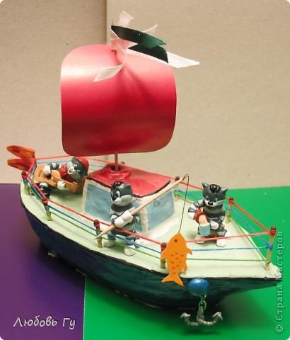 """Добрый день, вечер, утро, дорогие мастера и мастерицы! Нашла фотографии стааааааренькой поделки :-) делали вместе с сыном для интернет-конкурса """"Тяну я кораблик по быстрой реке"""". Решила поделиться, вдруг кому пригодится наш опыт. Кораблик, конечно, не плавал (сделан из пластилина), но гордо восседал на полке с игрушками :-)  Вот готовое судно с тремя Матроскиными (из киндеров). На корабле все чин-чинарем: и каюта, и парус, и якорь, и песни, и рыбалка. Ну и молочко для команды =)) фото 1"""