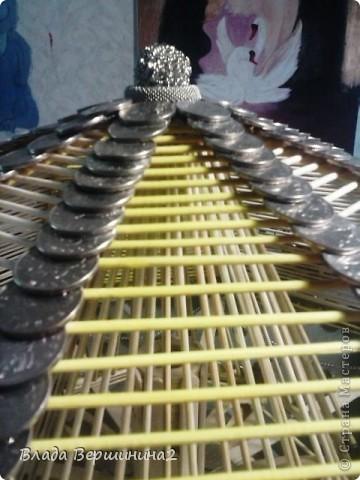 Для создания этого светильника я использовала около 700 палочек для мороженого, около 1000 пятикопеечных  и около 200 копеечных монет, около ста  палочек для барбекю. Высота светильника - 75 см, диаметр плафона - 45  фото 3