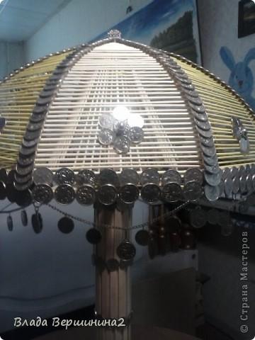 Для создания этого светильника я использовала около 700 палочек для мороженого, около 1000 пятикопеечных  и около 200 копеечных монет, около ста  палочек для барбекю. Высота светильника - 75 см, диаметр плафона - 45  фото 4