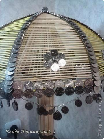 Для создания этого светильника я использовала около 700 палочек для мороженого, около 1000 пятикопеечных  и около 200 копеечных монет, около ста  палочек для барбекю. Высота светильника - 75 см, диаметр плафона - 45  фото 5