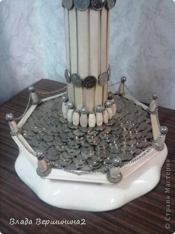 Для создания этого светильника я использовала около 700 палочек для мороженого, около 1000 пятикопеечных  и около 200 копеечных монет, около ста  палочек для барбекю. Высота светильника - 75 см, диаметр плафона - 45  фото 6
