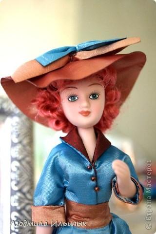 Для переделки этой куколки понадобилось несколько сантиметров атласной ленты коричневого и голубого цветов в тон платья и немного бисера. Заменила бант на шляпе и пояс, сшила сумочку, а так же чуть подправила форму губ. фото 2