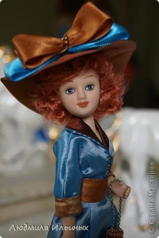 Для переделки этой куколки понадобилось несколько сантиметров атласной ленты коричневого и голубого цветов в тон платья и немного бисера. Заменила бант на шляпе и пояс, сшила сумочку, а так же чуть подправила форму губ. фото 3