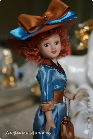 Для переделки этой куколки понадобилось несколько сантиметров атласной ленты коричневого и голубого цветов в тон платья и немного бисера. Заменила бант на шляпе и пояс, сшила сумочку, а так же чуть подправила форму губ. фото 5