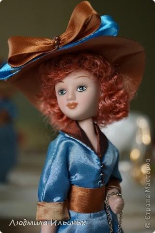 Для переделки этой куколки понадобилось несколько сантиметров атласной ленты коричневого и голубого цветов в тон платья и немного бисера. Заменила бант на шляпе и пояс, сшила сумочку, а так же чуть подправила форму губ. фото 7