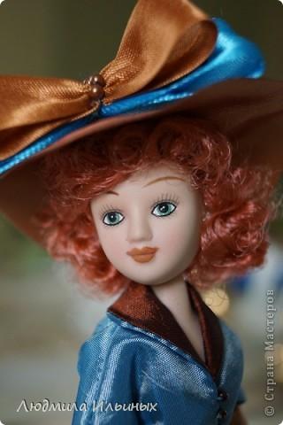 Для переделки этой куколки понадобилось несколько сантиметров атласной ленты коричневого и голубого цветов в тон платья и немного бисера. Заменила бант на шляпе и пояс, сшила сумочку, а так же чуть подправила форму губ. фото 8