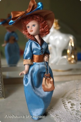 Для переделки этой куколки понадобилось несколько сантиметров атласной ленты коричневого и голубого цветов в тон платья и немного бисера. Заменила бант на шляпе и пояс, сшила сумочку, а так же чуть подправила форму губ. фото 10