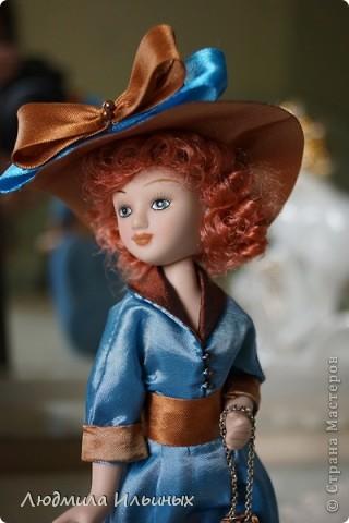 Для переделки этой куколки понадобилось несколько сантиметров атласной ленты коричневого и голубого цветов в тон платья и немного бисера. Заменила бант на шляпе и пояс, сшила сумочку, а так же чуть подправила форму губ. фото 6