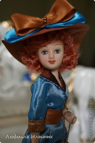 Для переделки этой куколки понадобилось несколько сантиметров атласной ленты коричневого и голубого цветов в тон платья и немного бисера. Заменила бант на шляпе и пояс, сшила сумочку, а так же чуть подправила форму губ. фото 9
