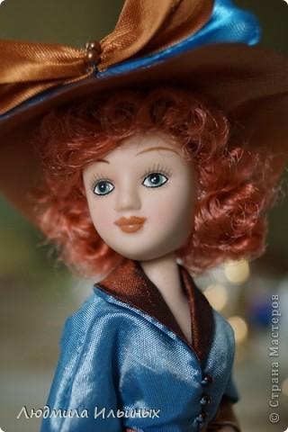 Для переделки этой куколки понадобилось несколько сантиметров атласной ленты коричневого и голубого цветов в тон платья и немного бисера. Заменила бант на шляпе и пояс, сшила сумочку, а так же чуть подправила форму губ. фото 11