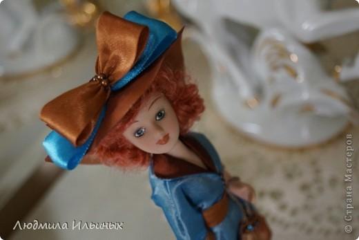 Для переделки этой куколки понадобилось несколько сантиметров атласной ленты коричневого и голубого цветов в тон платья и немного бисера. Заменила бант на шляпе и пояс, сшила сумочку, а так же чуть подправила форму губ. фото 14