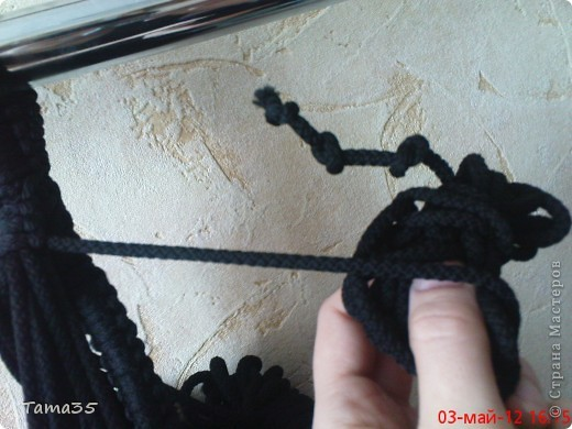 Здесь первая часть ( http://stranamasterov.ru/node/384896). Нарезаем шпагат на 22 отрезка все по 8 метров. по центру каждого завязываем временный узелок. фото 11