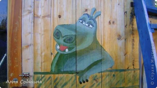 Украшать нашу дачу мы решили в прошлом 2011 году в августе, когда построили детский домик. С кого начать и что рисовать мне подсказали мои племянники. Они в тот момент все смотрели смешариков) Первая сладкая парочка оказалась Крош и Ежик) Диаметром около метра каждый) фото 6
