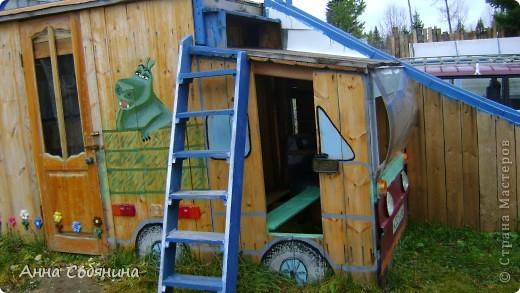 Украшать нашу дачу мы решили в прошлом 2011 году в августе, когда построили детский домик. С кого начать и что рисовать мне подсказали мои племянники. Они в тот момент все смотрели смешариков) Первая сладкая парочка оказалась Крош и Ежик) Диаметром около метра каждый) фото 5