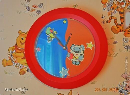Жили-были у нас на даче в детской комнате скромные часы. Были они рекламным материалом одной компании (на циферблате на жёлтом фоне написано название фирмы красным цветом). Скучновато......Мы их изменили.Полюбуйтесь. Наклейки (звезды , Винни и Пятачок) светятся в темноте. Их, кстати, клеил сынок. А сам фон - это обычный картон двух цветов.