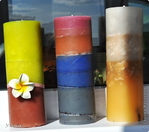Вот такие три свечки у меня получились.Свечную основу окрашивала с помощью специальных красителей для свечей. фото 1