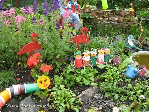 Хочу познакомить Вас, с небольшой частью своих садовых поделок.  Много идей не моих, черпаю из журналов и инета.Лебеди из пленки. Идея не моя Светланы Антаковой, у нее есть МК. фото 3